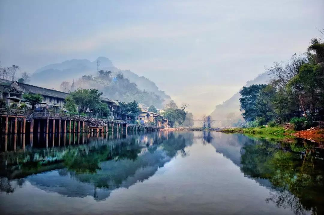 如�_春风拂柳,烟雨迷蒙,它虽不是江南的小镇,但那如水的温柔却丝毫不逊色.